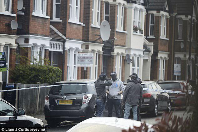 Londonda antiterror atışması: polislər 20 yaşlı qızı vurdular - VİDEO - FOTO