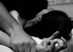 Ərinin əl-ayağını bağlayan 5 kişi qadını zorladı