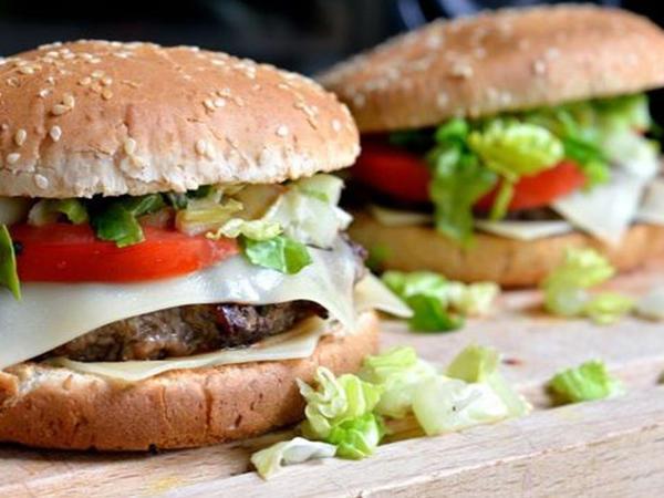"""Evdə hamburger hazırlamağın <span class=""""color_red"""">QAYDASI</span>"""