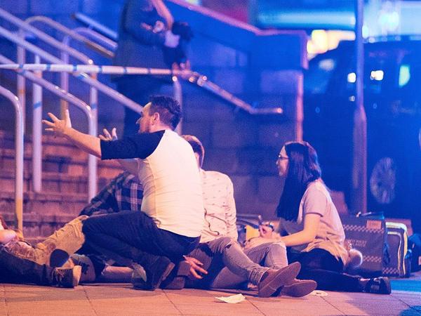 """""""Mançester Arena"""" qana boyandı: 22 ölü, 59 yaralı - Həlak olanların çoxu yeniyetmə qızlardır - YENİLƏNİB - VİDEO - FOTO"""
