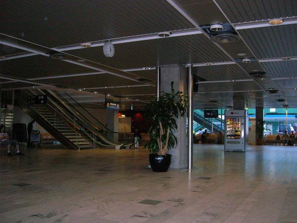 İsveçin hava limanında insanları təxliyə ediblər