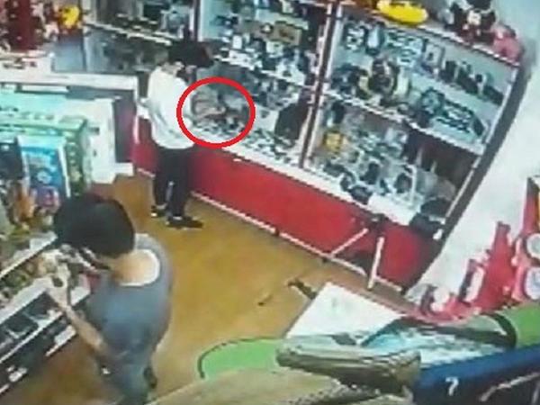 """Bakıda gənclərin mağazadan """"spinner"""" oğurluğu kameraya düşdü - VİDEO"""