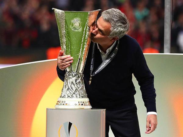 UEFA Kuboku Mançesterə getdi - VİDEO - FOTO