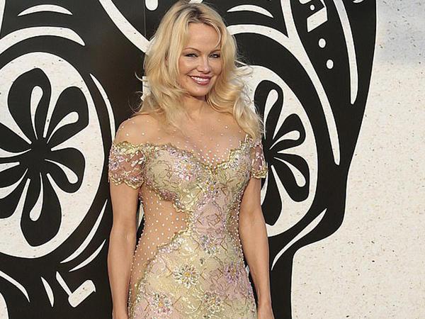 Pamela Anderson klub açılışına qatıldı - FOTO