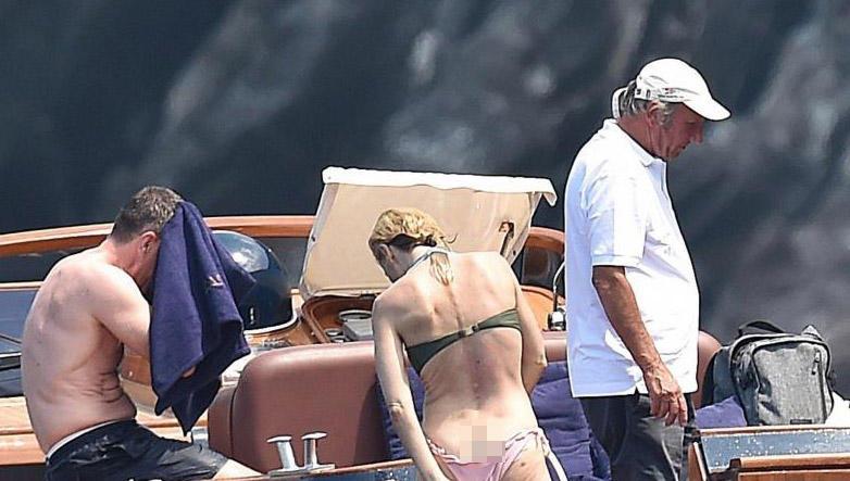 48 yaşlı aktrisa bikinisini dəyişərkən kameralara düşdü - FOTO