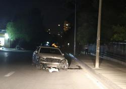 Bakıda maşın universitetin hasarına çırpıldı: qadın sərnişin pəncərədən bayıra çıxdı - FOTO