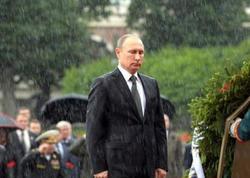 Putin leysana baxmayaraq naməlum əsgərin məzarına çiçək qoydu – FOTO