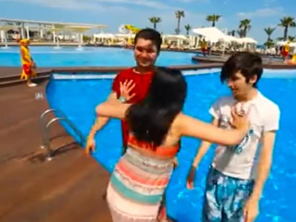 Azərbaycanlı aparıcı 2 oğlanı hovuza yıxdı - VİDEO - FOTO