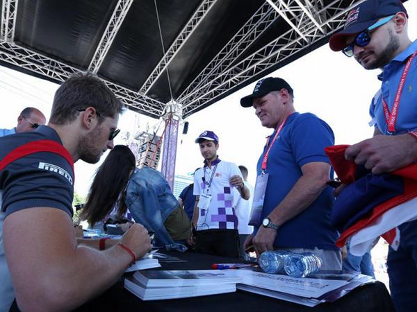 Formula-1 pilotları azarkeşlərə avtoqraf payladılar - FOTO
