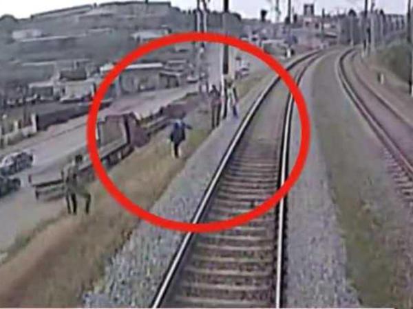 DƏHŞƏT: Bakıda SÜRƏT QATARI piyada qızı vurdu - HƏMİN ANIN VİDEOSU