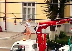 Xanım sürücü evakuator maşınını aparmasın deyə soyundu - VİDEO