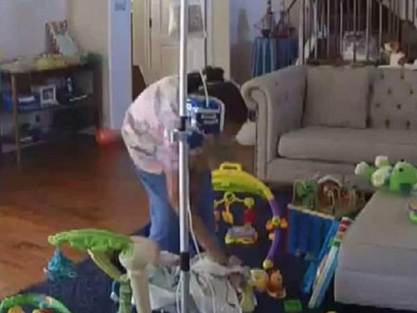 Tibb bacısı xəstə uşağı yumruqladı - VİDEO - FOTO