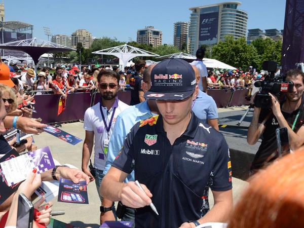 """Formula 1"" pilotları Bakıda avtoqraf payladılar - FOTO"