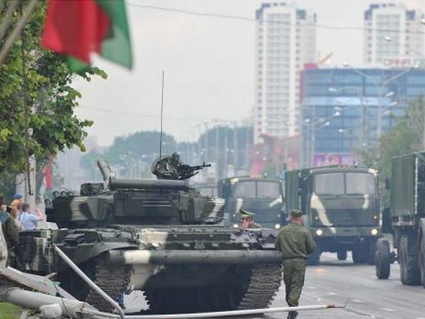 Minskdə tank dirəyə çırpılıb