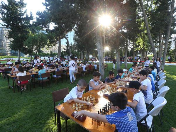 Heydər Əliyev Mərkəzinin parkında şahmat turniri keçirilib - FOTO