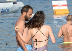 Aktyor dənizdə bikinisi açılan sevgilisinə əsəbləşdi - FOTO