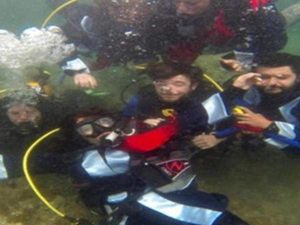 Suyun altında məzun günü keçirildi - VİDEO