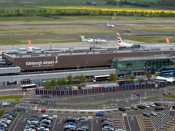 """Edinburq aeroportunda elektrik kəsildi - <span class=""""color_red"""">Növbələr yarandı</span>"""