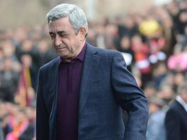 Sarkisyan hökumət binasında etirazla qarşılandı