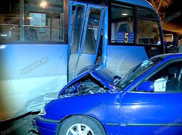 Gəncədə sərxoş sürücü maşınını sərnişin avtobusuna çırpıb, yaralılar var