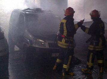 Bakının mərkəzində güclü yanğın: polis maşını ilə birlikdə 4 avtomobil alovlandı