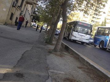 Balaca qızcığaz məktəbə tələsirdi, avtobus qəzasına düşdü