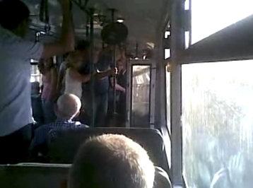 Bakının sərnişin avtobusunda tərbiyəsizlik: qadınlarla kişilər əlbəyaxa oldular