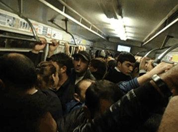 Bakı metrosunda anası yaşında qadına