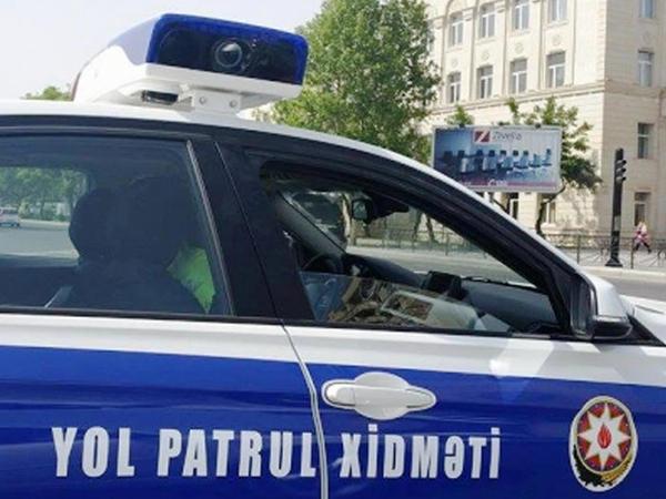 """Sürücü yol polisi postunda """"ruçnoy"""" çəkdi, <span class=""""color_red"""">həbs olundu - VİDEO</span>"""