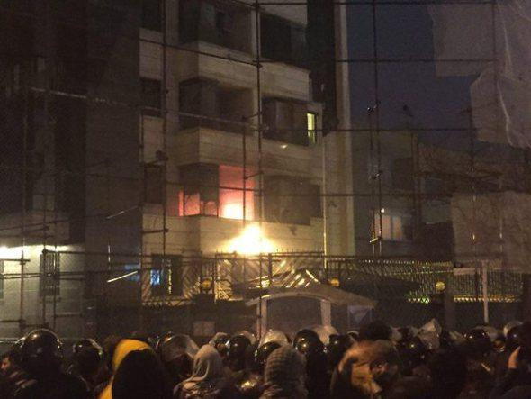 Səudiyyə Ərəbistanının Tehrandakı səfirliyi darmadağın edildi - FOTO - VİDEO