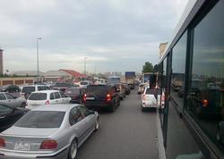 """Bakıda nəqliyyatın hərəkəti İFLİC OLDU - <span class=""""color_red"""">Qatarlar gecikdi, avtobuslar yolda qaldı</span>"""