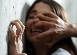 Polis maşında cinsi əlaqəyə girərkən tutduğu qadını zorladı: tək olmayıb