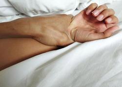 Ana onu qonşusu ilə yataqda tutan oğlunu yastıqla boğdu - VİDEO