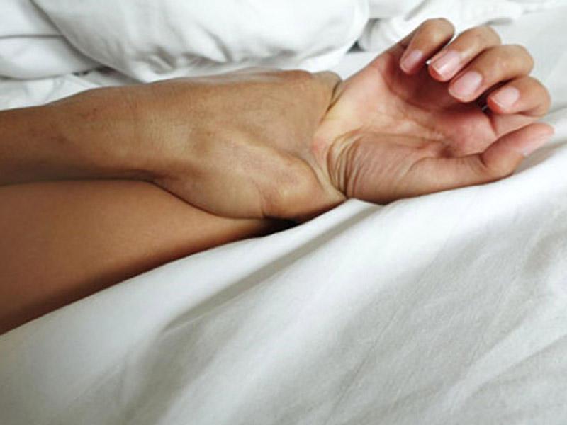 Ana onu qonşusu ilə yataqda tutan oğlunu yastıqla boğdu
