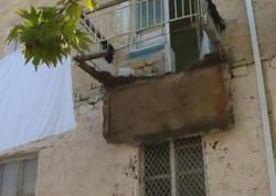 Gəncədə binanın eyvanı uçdu - VİDEO - FOTO