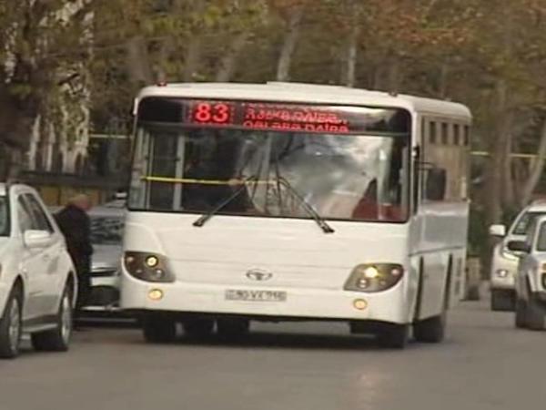 """Avtobus sürməyə icazəsi yoxdur - <span class=""""color_red"""">amma sükan arxasındadır - VİDEO</span>"""