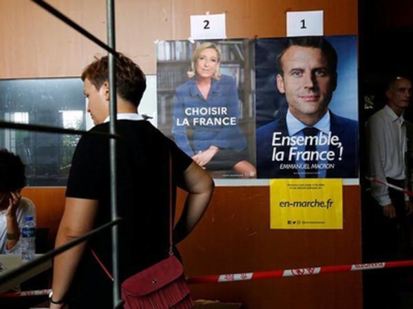 Qadın seçki məntəqəsində soyundu, Le Penə etiraz etdi - FOTO