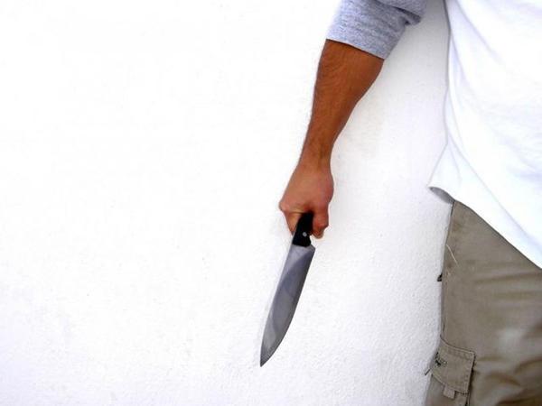 Sabirabadda ər arvadını bıçaqlayıb