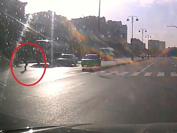 Bakıda piyada yolu keçərkən son anda ölümdən xilas oldu - VİDEO