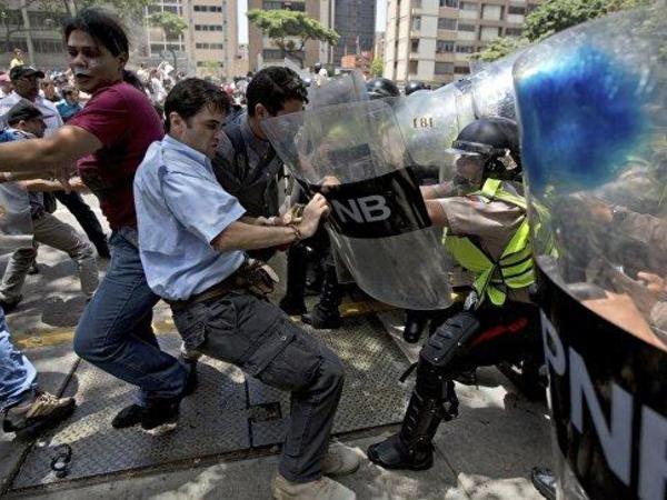 """Venesuelada kütləvi etirazlarda <span class=""""color_red"""">100 nəfər ölüb</span>"""