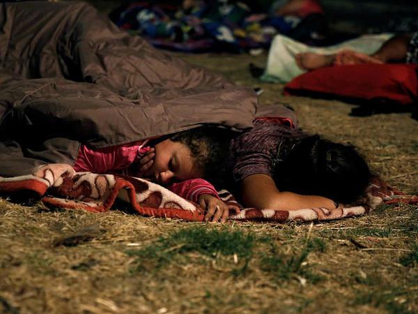 Uşaqlar zəlzələyə görə gecə küçədə yatdılar - FOTO - VİDEO