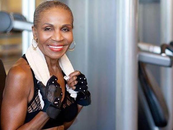 81 yaşlı nənə bədəni ilə heyran edir - VİDEO - FOTO