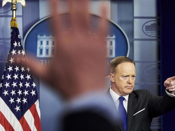 """ABŞ prezidentinin mətbuat katibi işdən çıxanda <span class=""""color_red"""">Ağ Evdən soyuducu oğurladı</span>"""