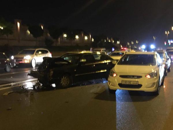 """Paytaxtda film kimi qəza - 005 nömrəli """"BMW"""" yolu kəsdi, 6 maşın toqquşdu - FOTO"""