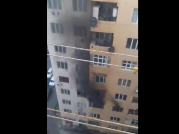 Xırdalanda yanan binanın görüntüləri - VİDEO