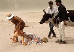 Burcu Esmersoyu Hindistanda inək yaladı - FOTO
