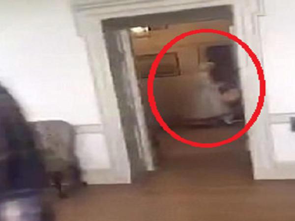 Xidmətçinin ruhu kameraya düşdü - VİDEO