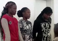 3 qız borclarını qaytarmaq üçün evə çağırdıqları kişini zorladı - VİDEO