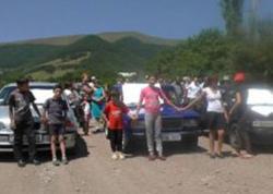 """Ermənistanda etiraz aksiyası: <span class=""""color_red"""">qızıl mədəninə gedən yol bağlandı</span>"""