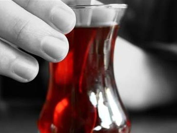 """Bir kişi gündə 7 stəkandan çox çay içirsə... - <span class=""""color_red"""">TƏHLÜKƏ</span>"""